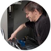 Thomas på Filmeko monterar ett arbetsstycke i vår avancerade digitala fräsmaskin.